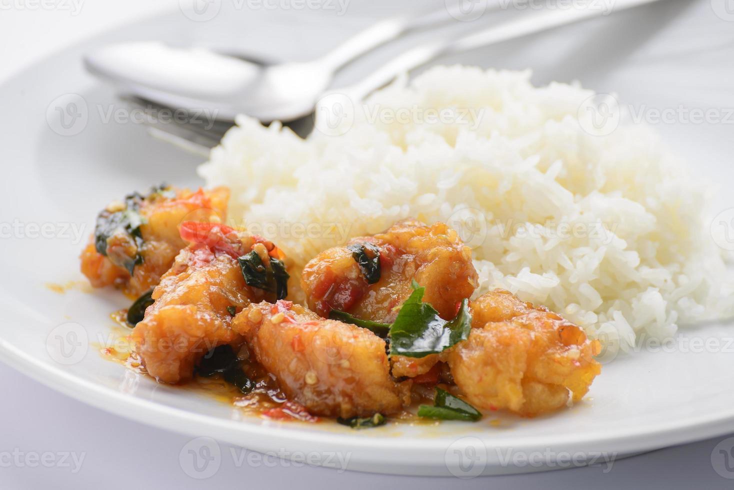 poisson frit avec sauce chili photo