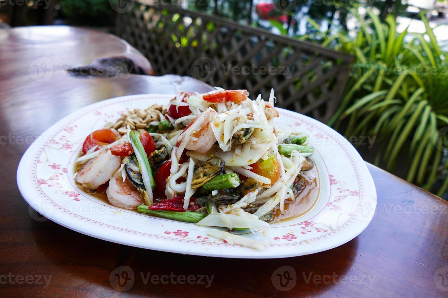 salade de papaye épicée aux crevettes et pétoncles photo
