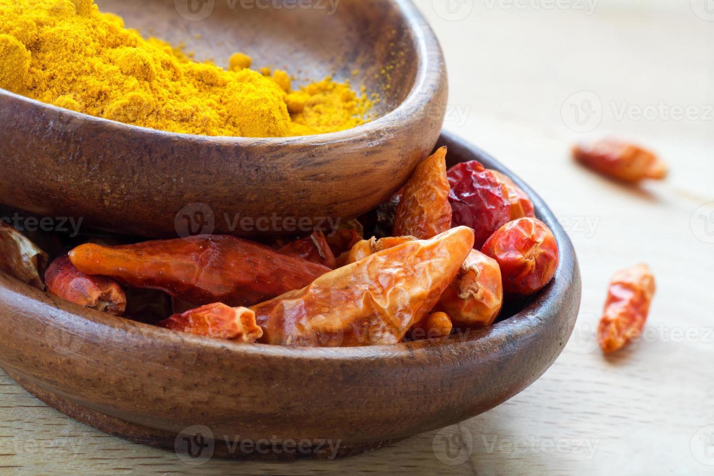 épices asiatiques, piment rouge séché et curcuma dans des bols en bois photo