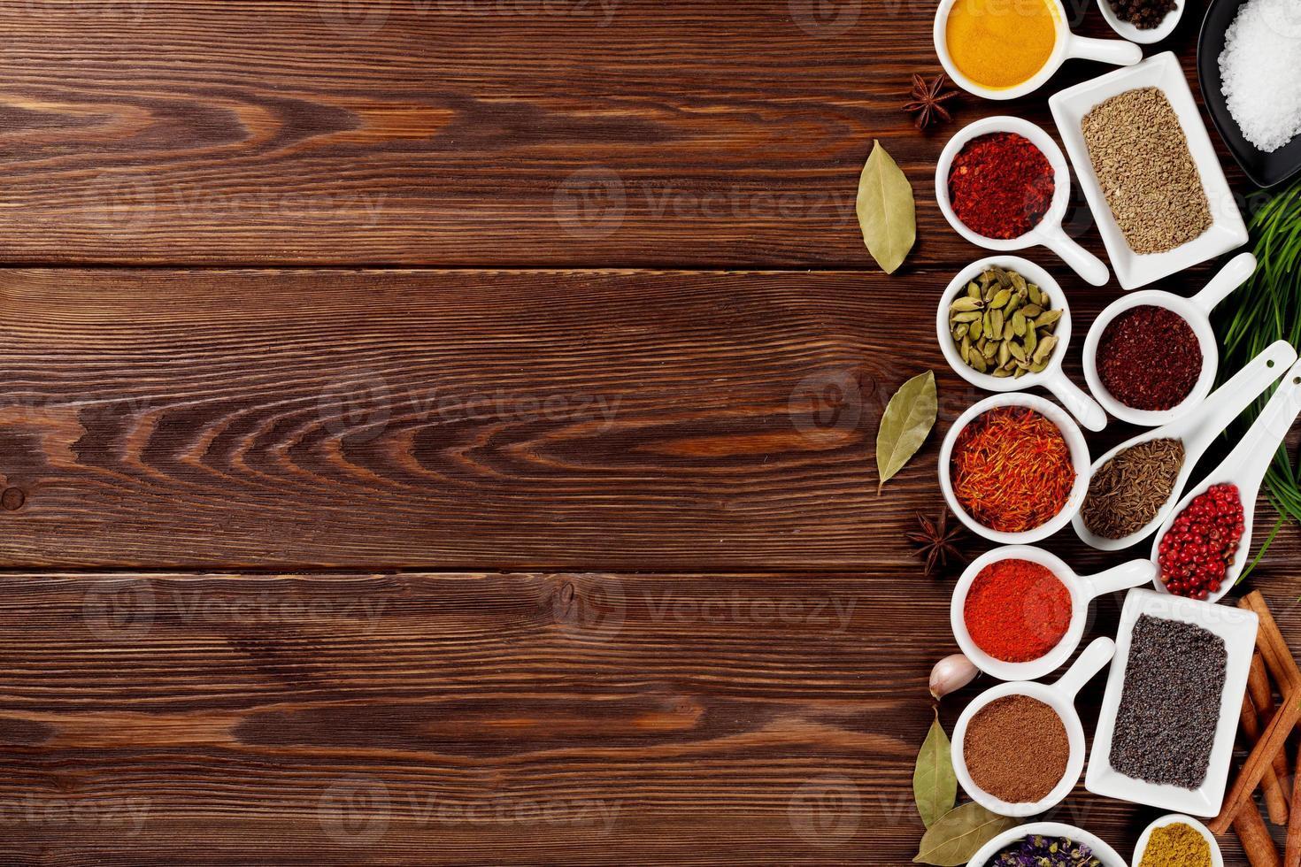 diverses épices sur fond de bois photo