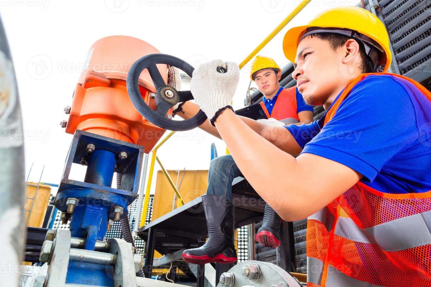 techniciens travaillant sur la vanne en usine ou en service public photo