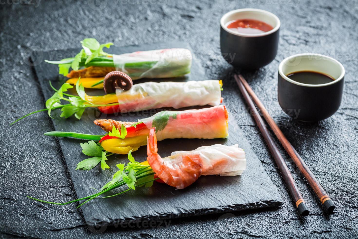 rouleaux de printemps aux légumes avec sauce photo