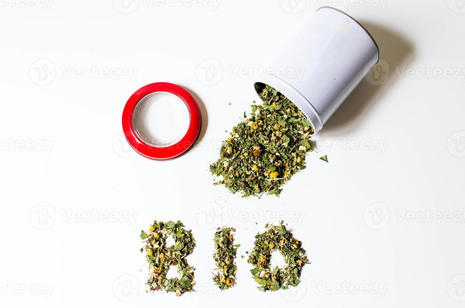 renversé pot de thé bio en vrac avec un couvercle rouge photo