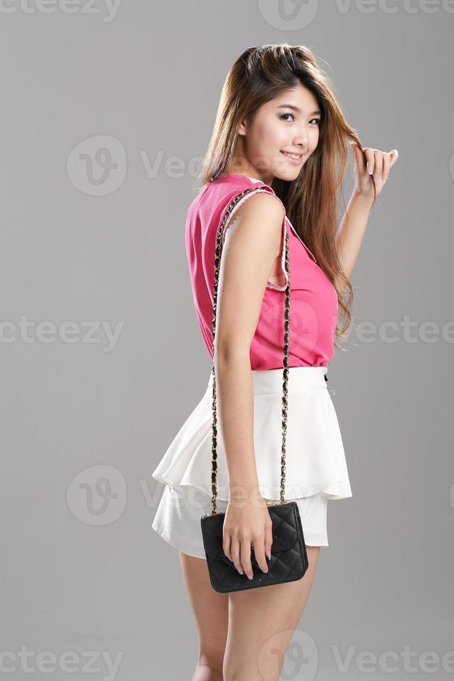 femme asiatique rose sans manches-double couche col-débardeurs, blanc double couche jupe flottante photo