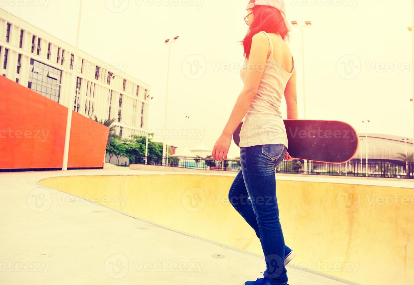 Skateboarder femme marchant au skatepark photo