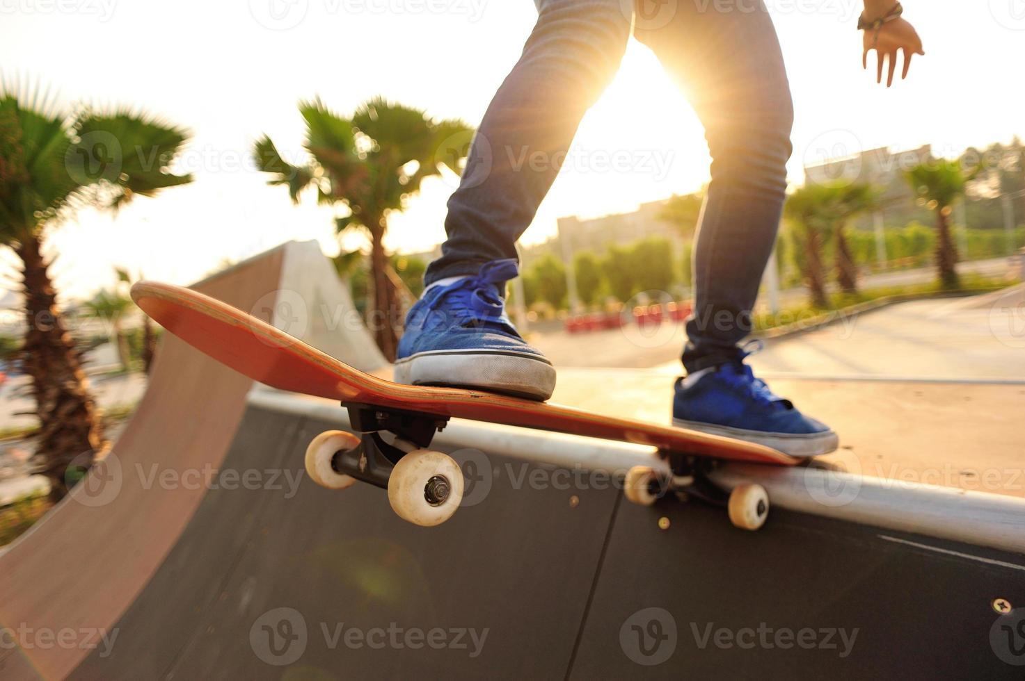 jeune femme, skateboard, à, levers de soleil, skatepark photo