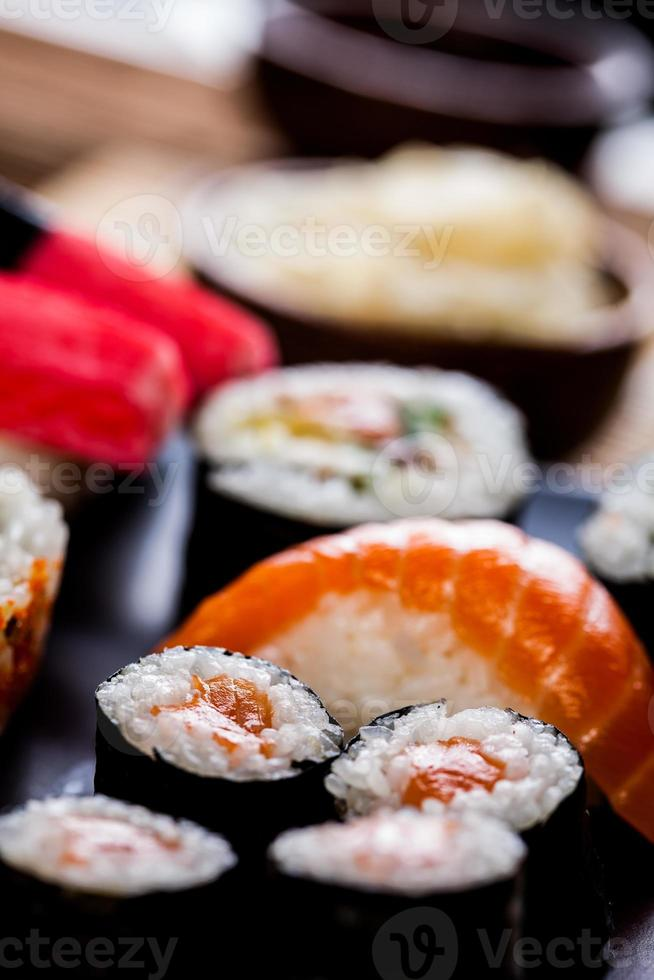 concept décoratif de fruits de mer avec sushi japonais photo
