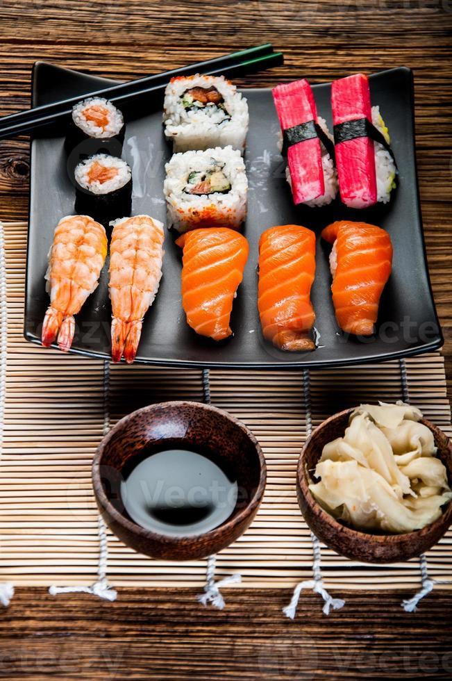 fruits de mer, sushi japonais sur la vieille table en bois photo