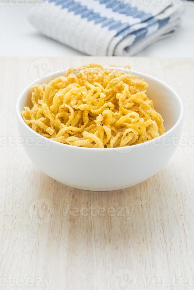 nouilles frites matière première pour l'alimentation, fibre de banlieue blanche. photo