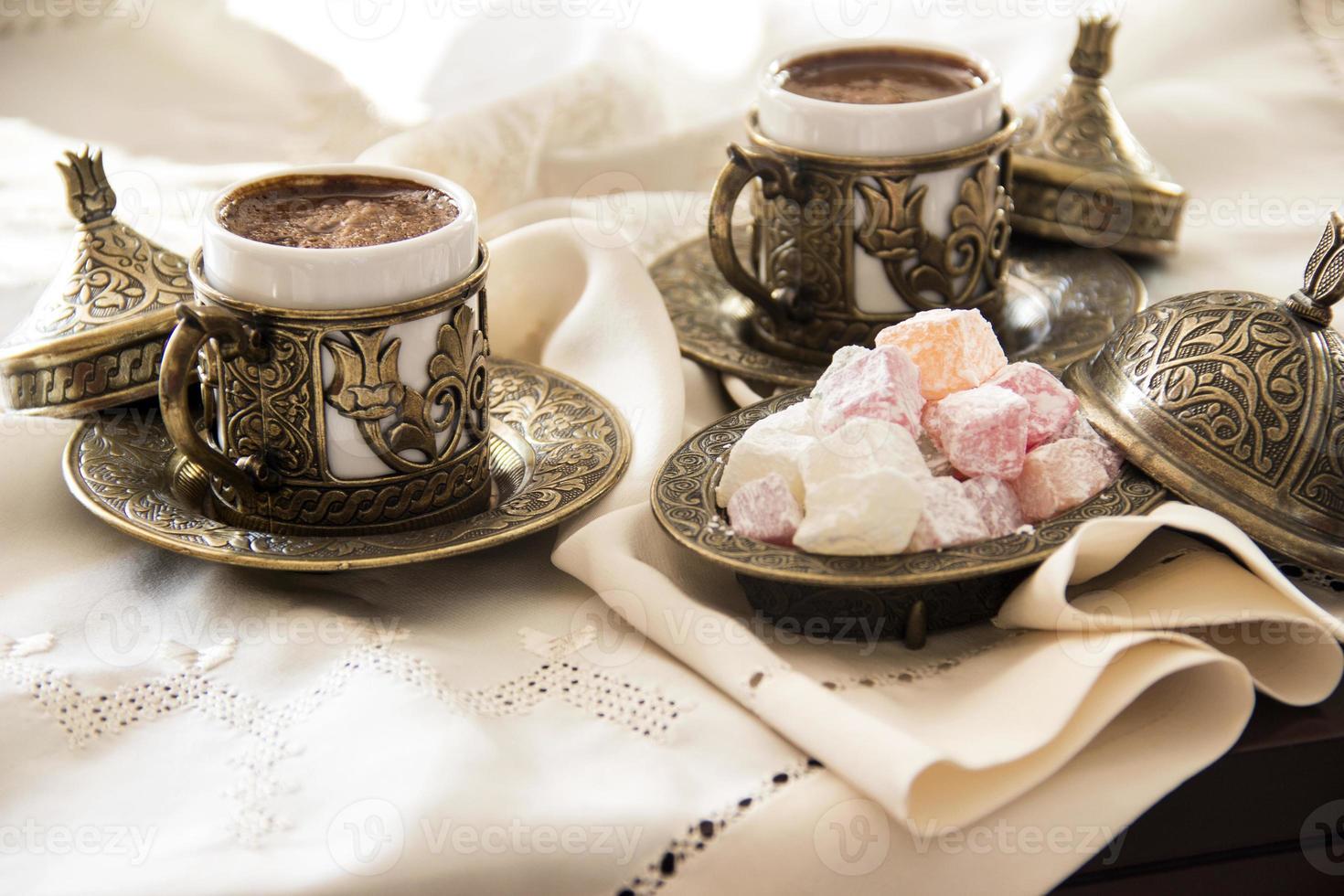 café turc avec délice et ensemble de service en cuivre traditionnel photo