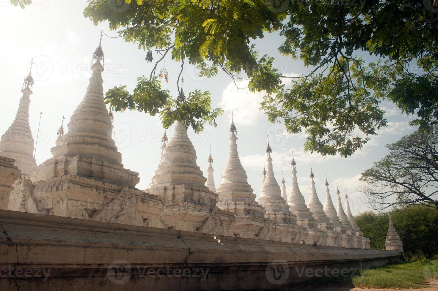 groupe de stupas dans le temple de kuthodaw, myanmar. photo