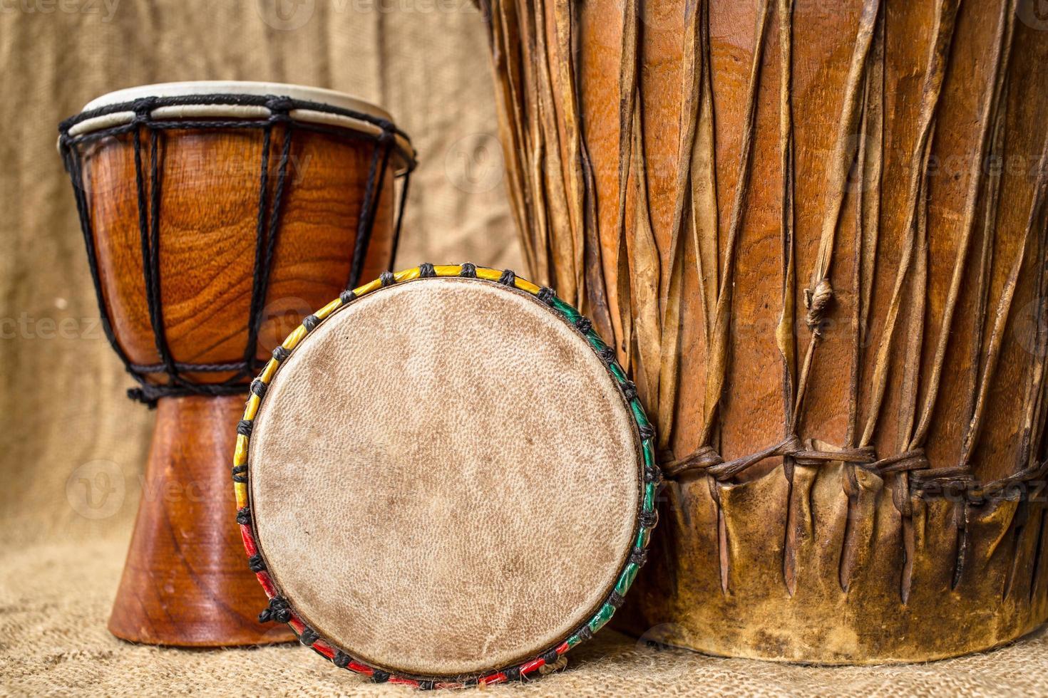 tambours de djembé à la main photo