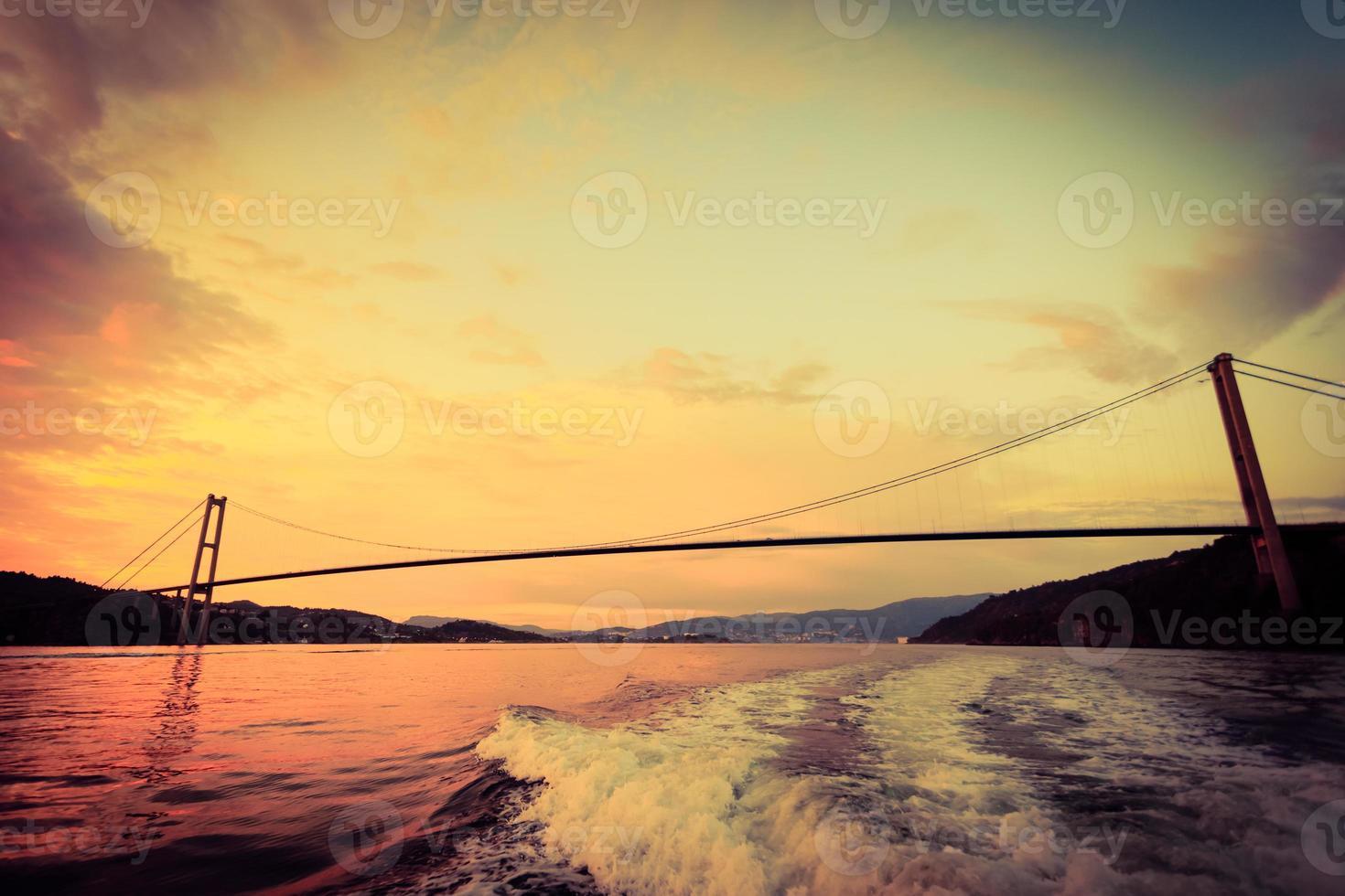 Coucher de soleil sur le pont suspendu à Bergen, Norvège photo