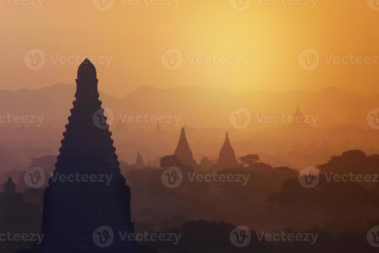 lever du soleil sur le champ de la pagode à bagan, myanmar photo