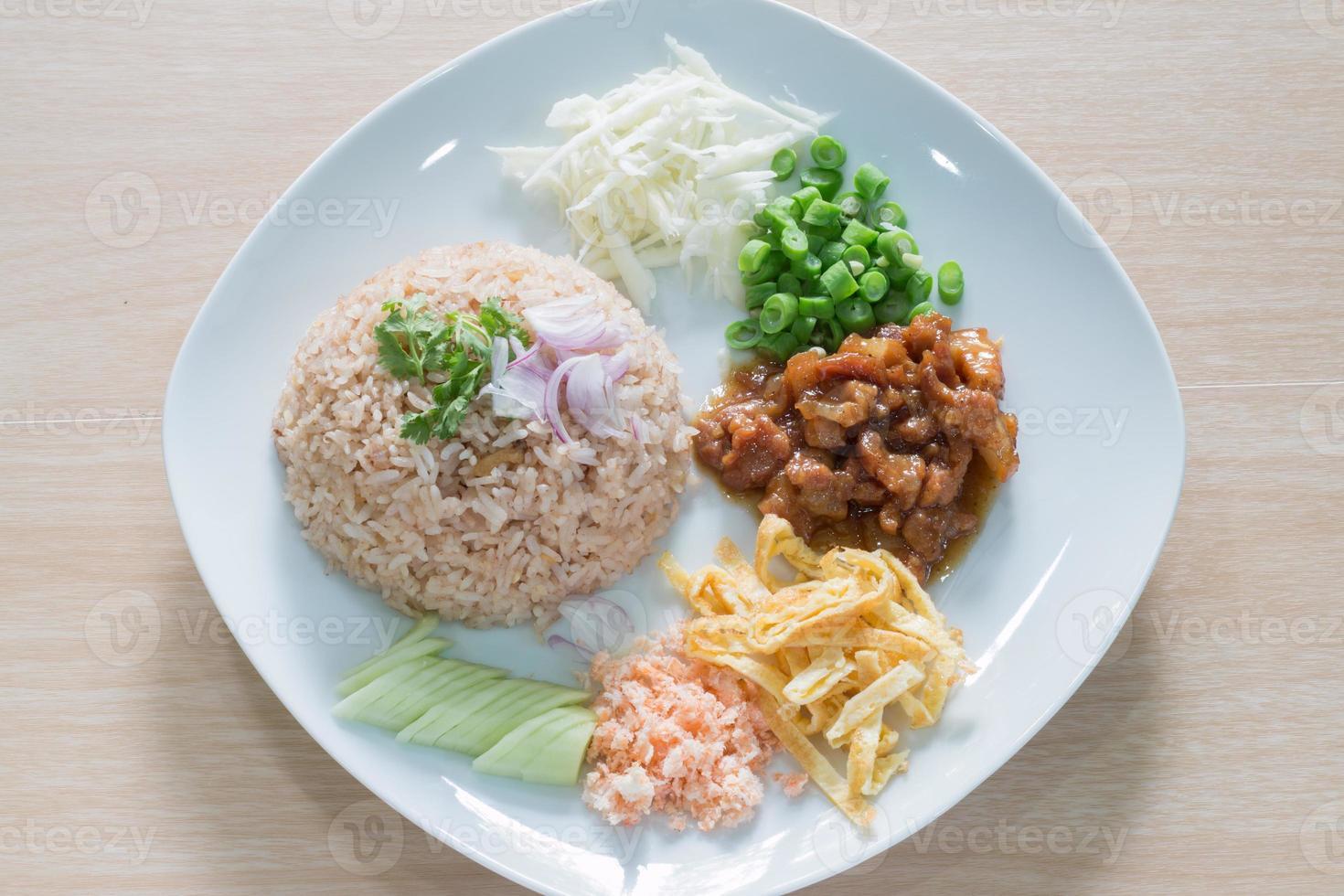 riz mélangé avec de la pâte de crevettes photo