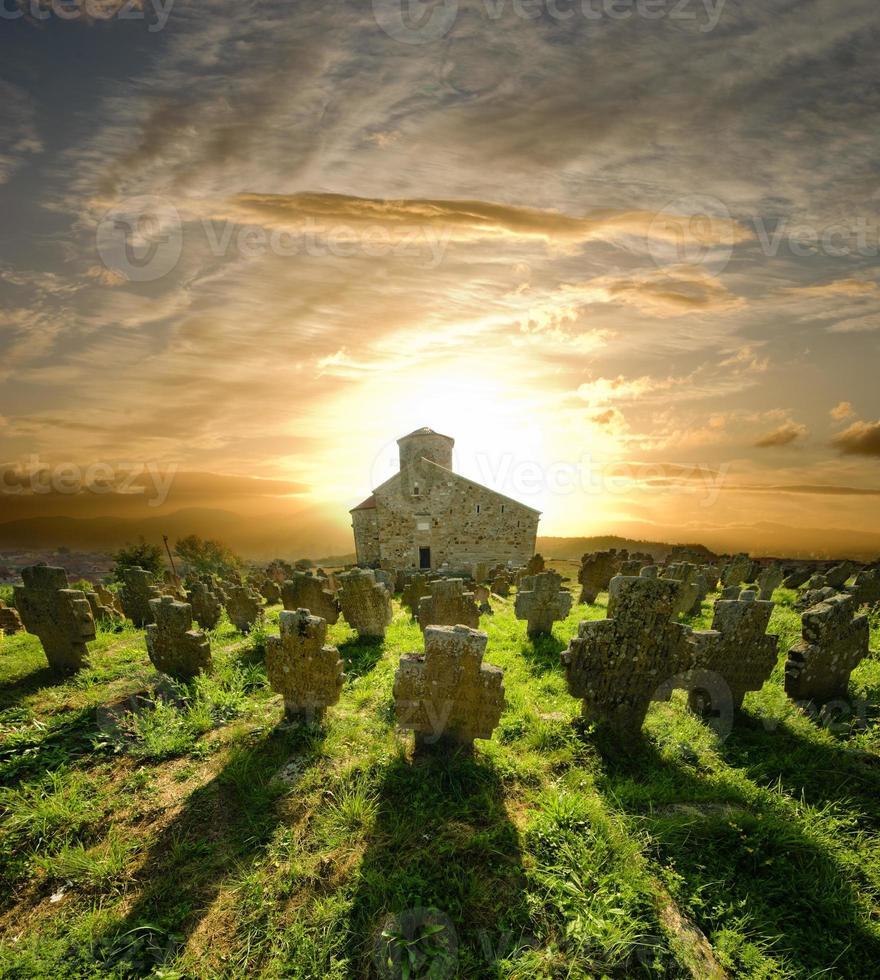 Cimetière de l'église au coucher du soleil, Serbie photo