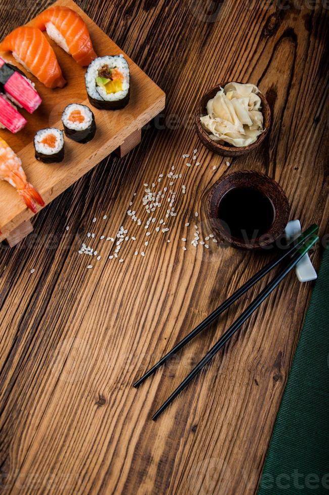 sushi japonais oriental serti de fruits de mer photo