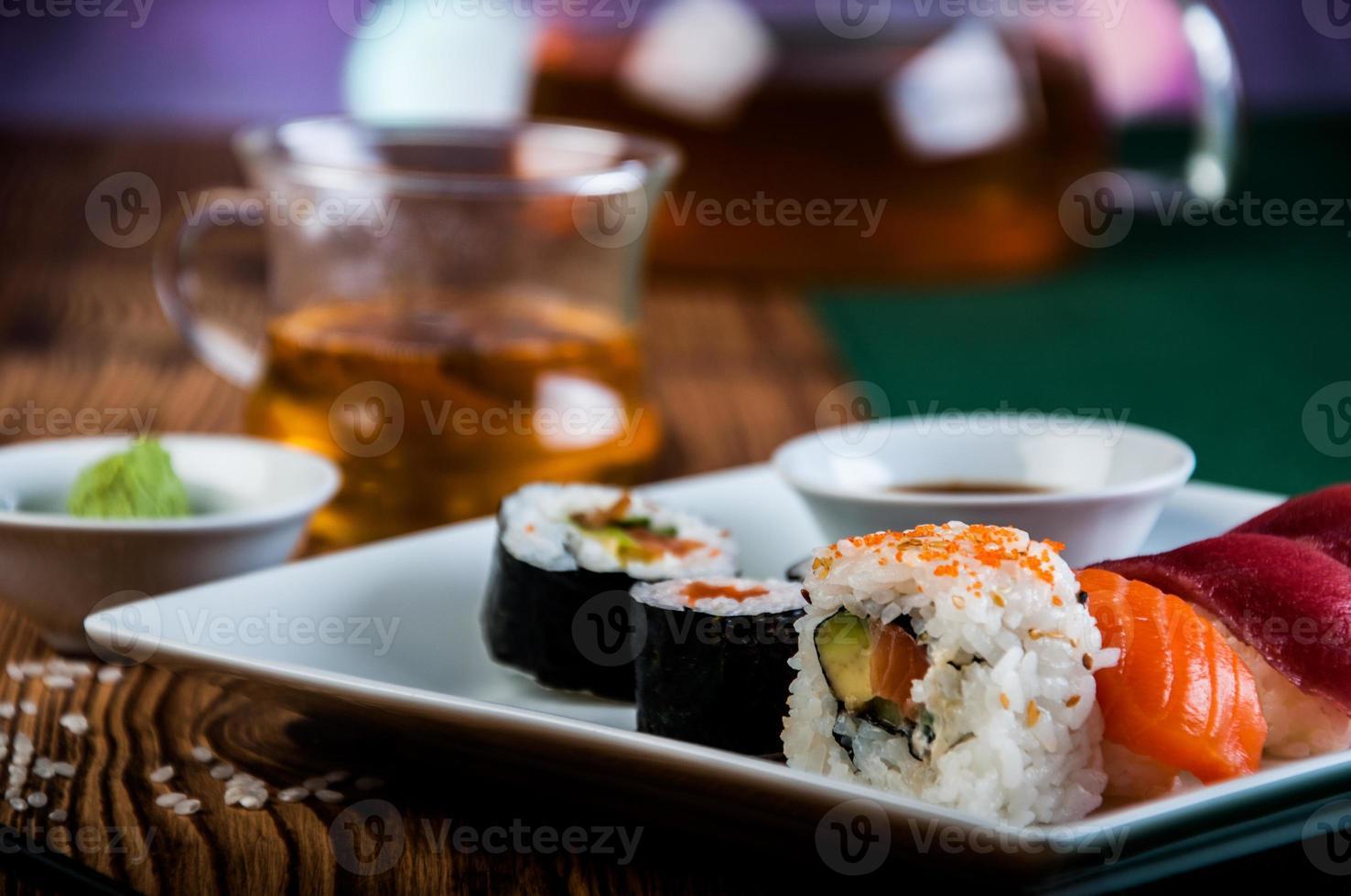 ensemble de sushis japonais, thème oriental photo