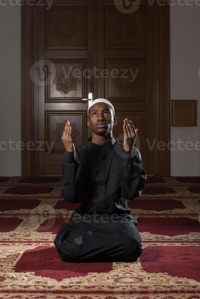 musulman africain priant dans la mosquée photo