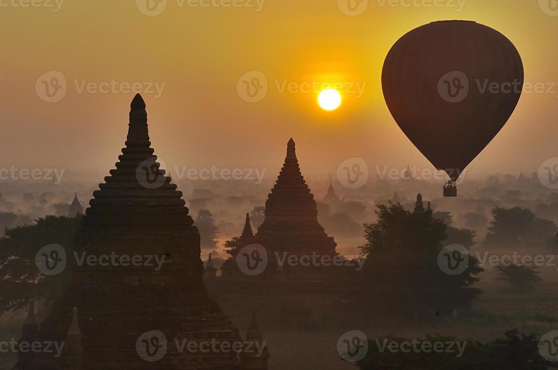 temples de bagan en début de matinée. myanmar (birmanie). photo