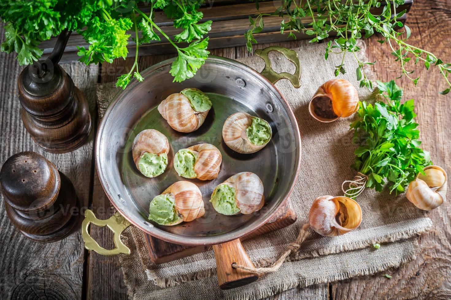 escargots faits maison avant de les rôtir photo