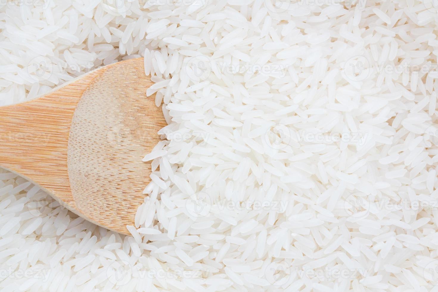 riz sur une cuillère en bois photo