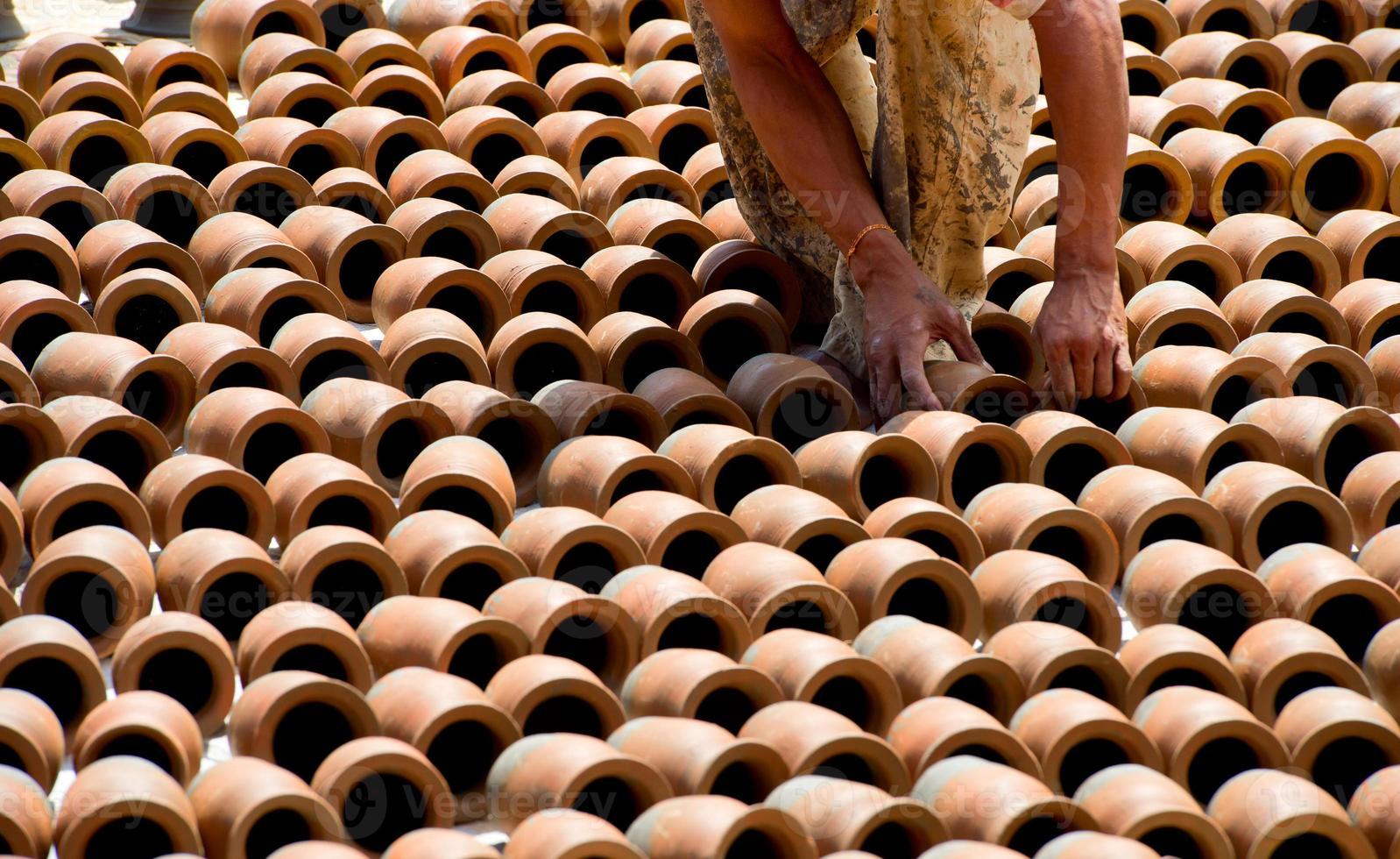personnes faisant de la poterie sur l'une des places de bhaktapur , népal photo