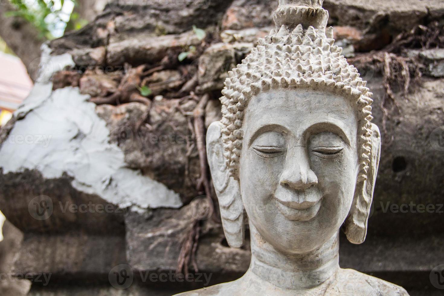 Bouchent la tête de Bouddha de style laos avec fond grunge photo