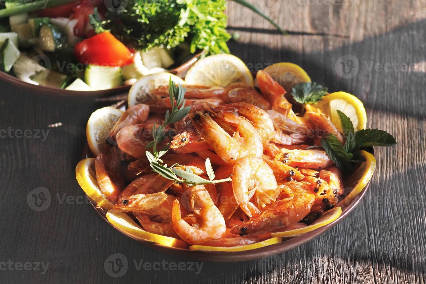 crevettes sur la table photo