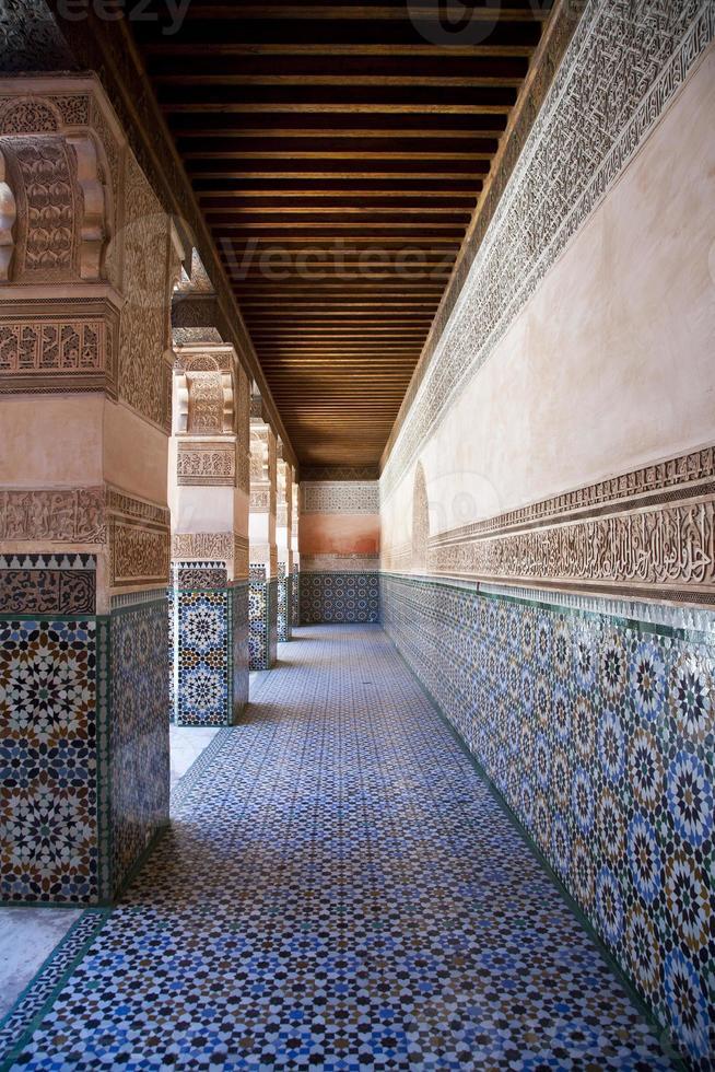 colonnade dans le bâtiment de ben youssef à marrakech, maroc photo