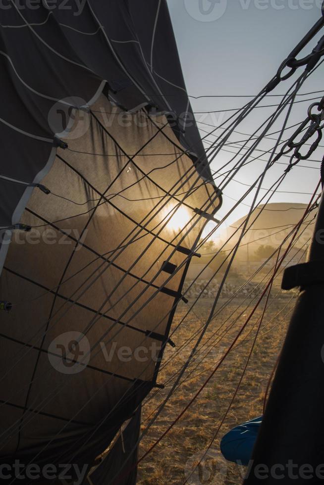 Atterrissage en montgolfière en Cappadoce pendant le lever du soleil photo
