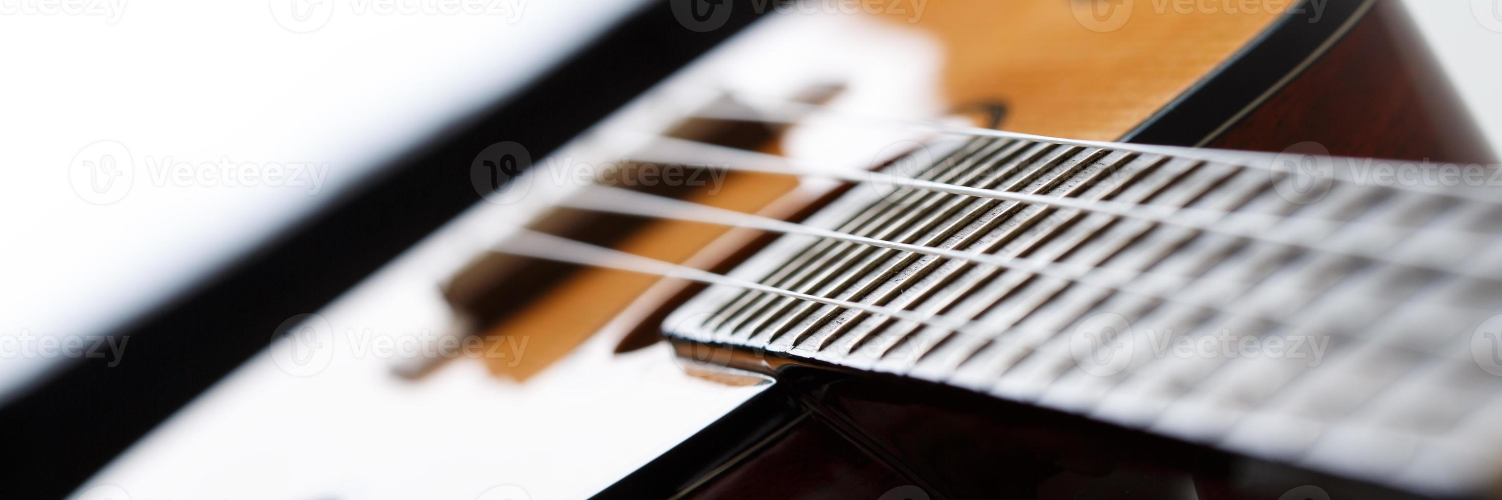 petite guitare ukulélé hawaïenne à quatre cordes photo