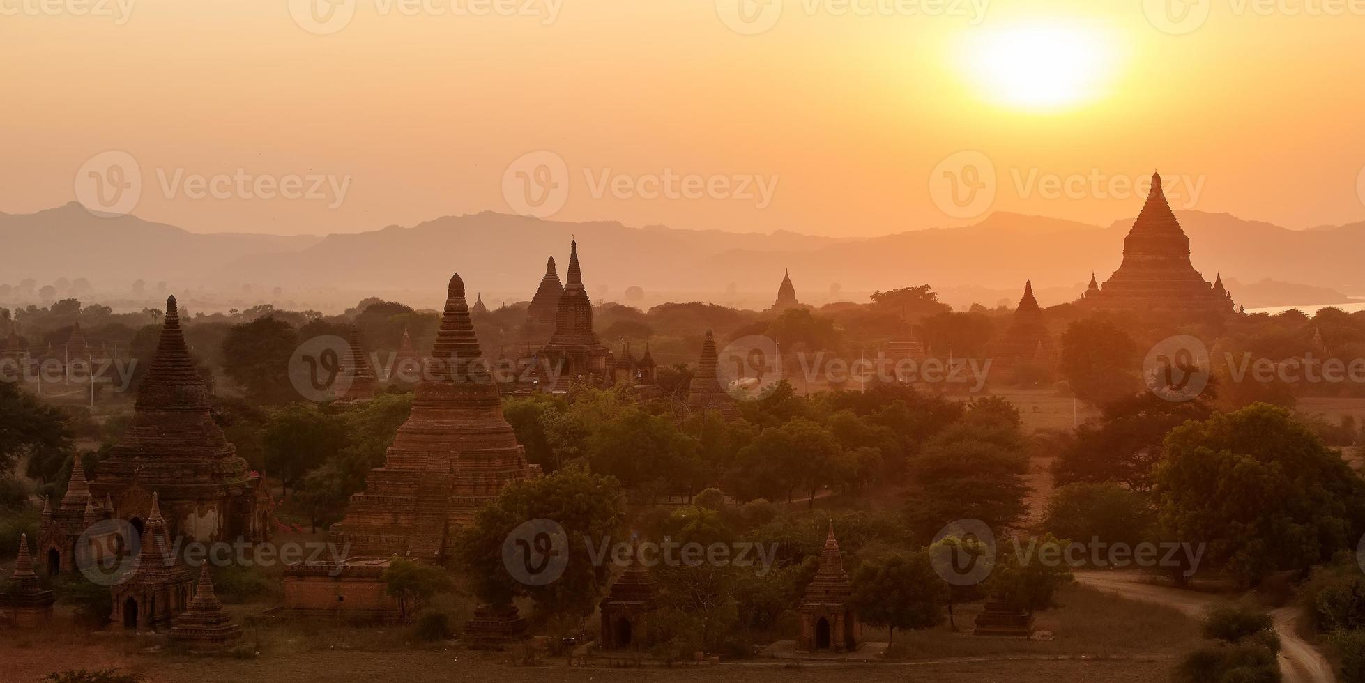 temples à bagan, myanmar photo