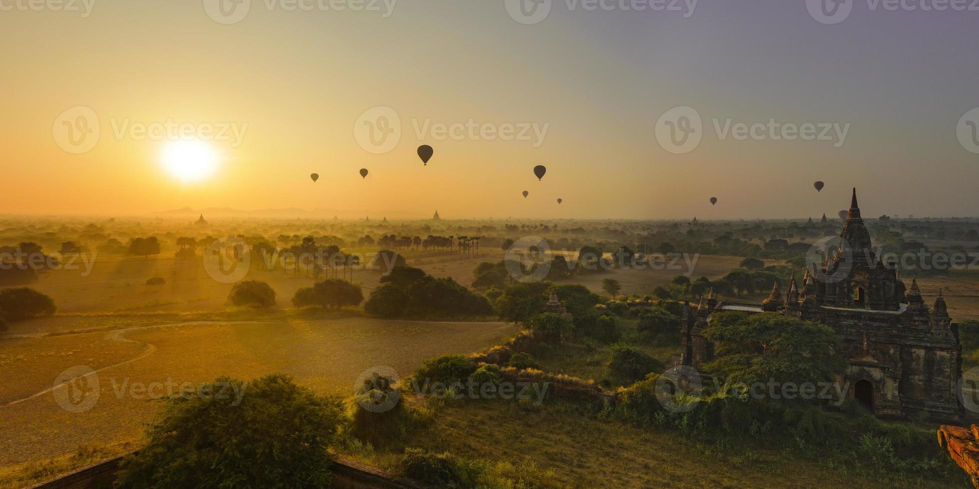 Le soleil se lève à Bagan, au Myanmar photo