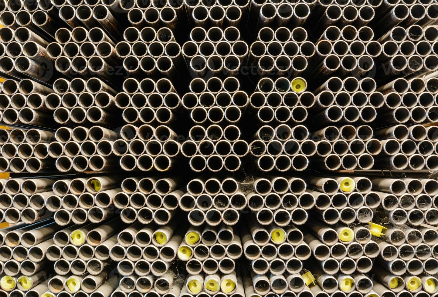 tas de tuyaux en acier dans l'entrepôt photo