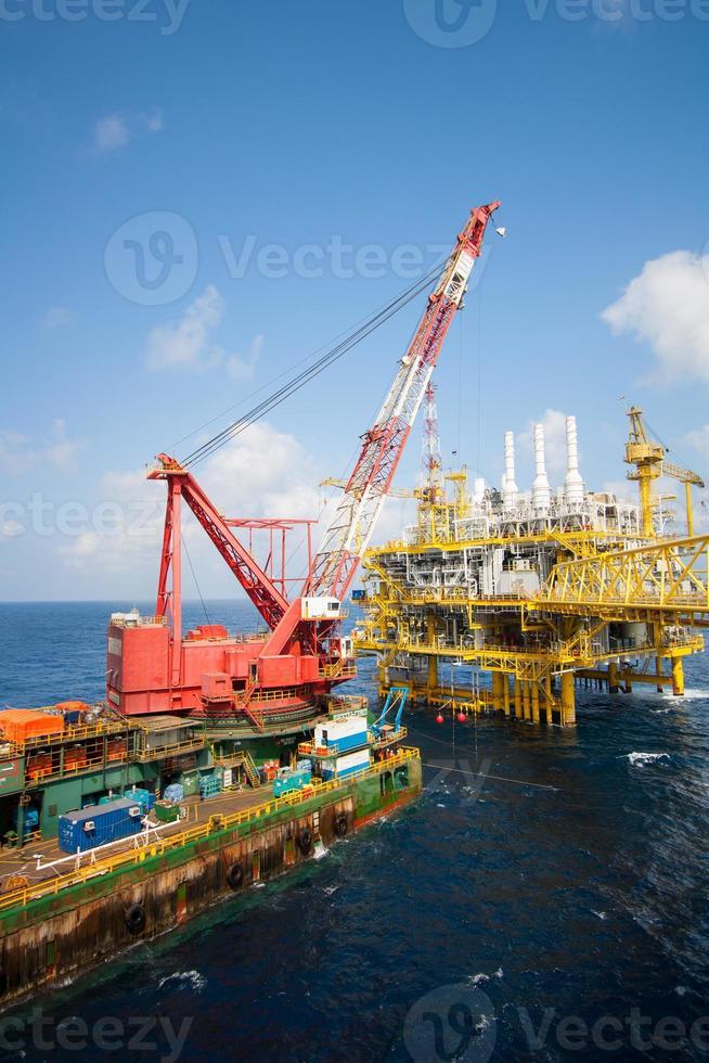 grand navire grue installant la plate-forme en mer photo