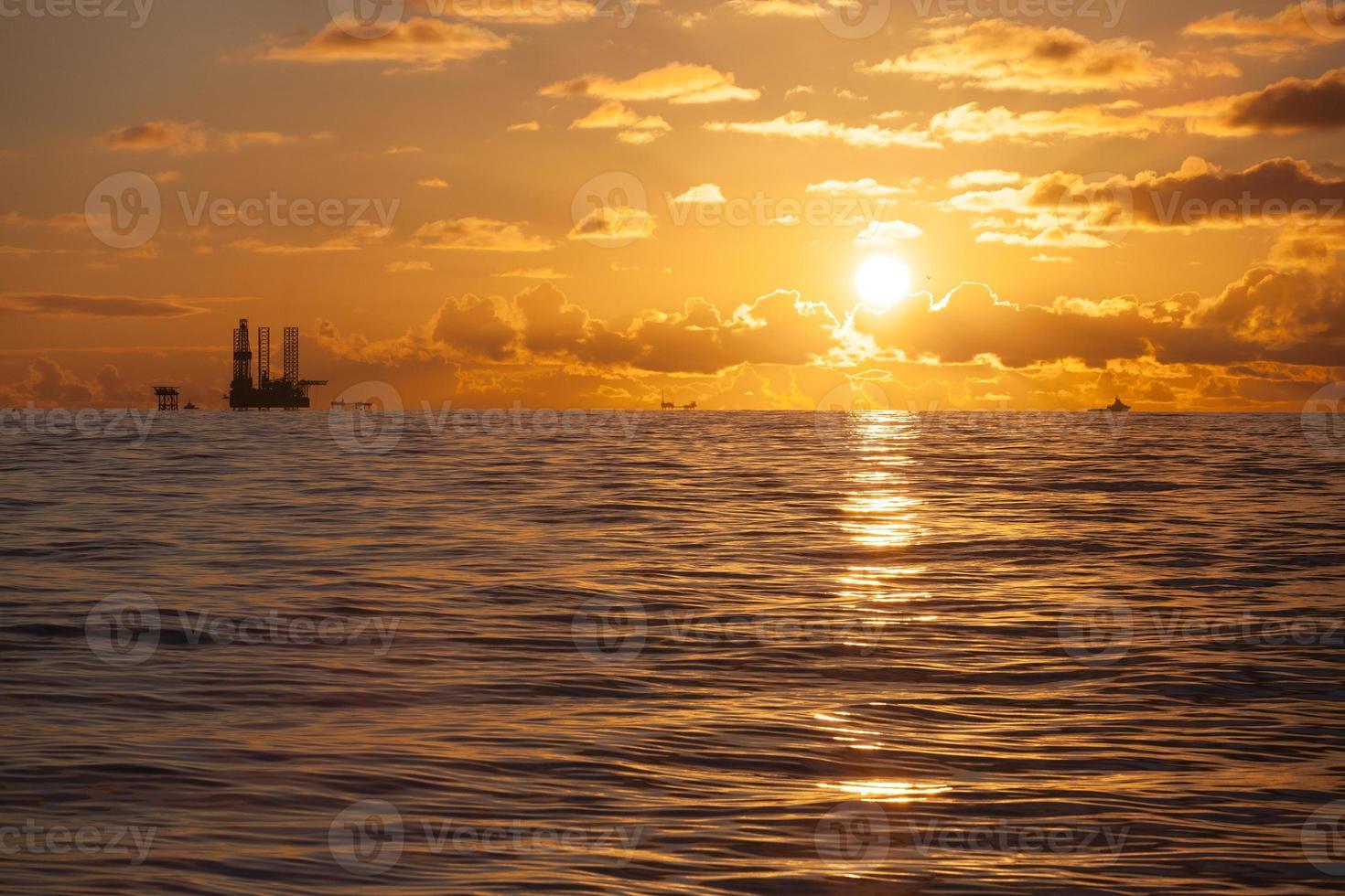 plate-forme pétrolière sur la mer du nord photo