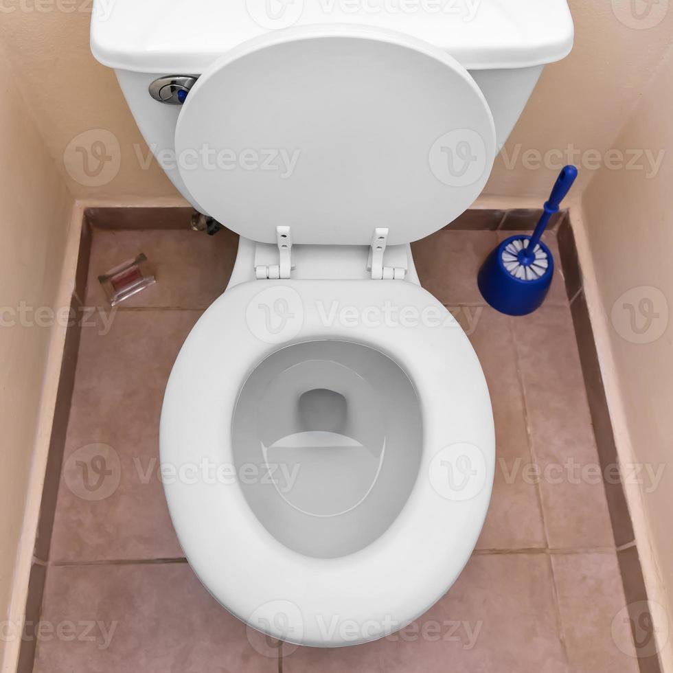 cuvette blanche dans une salle de bain photo