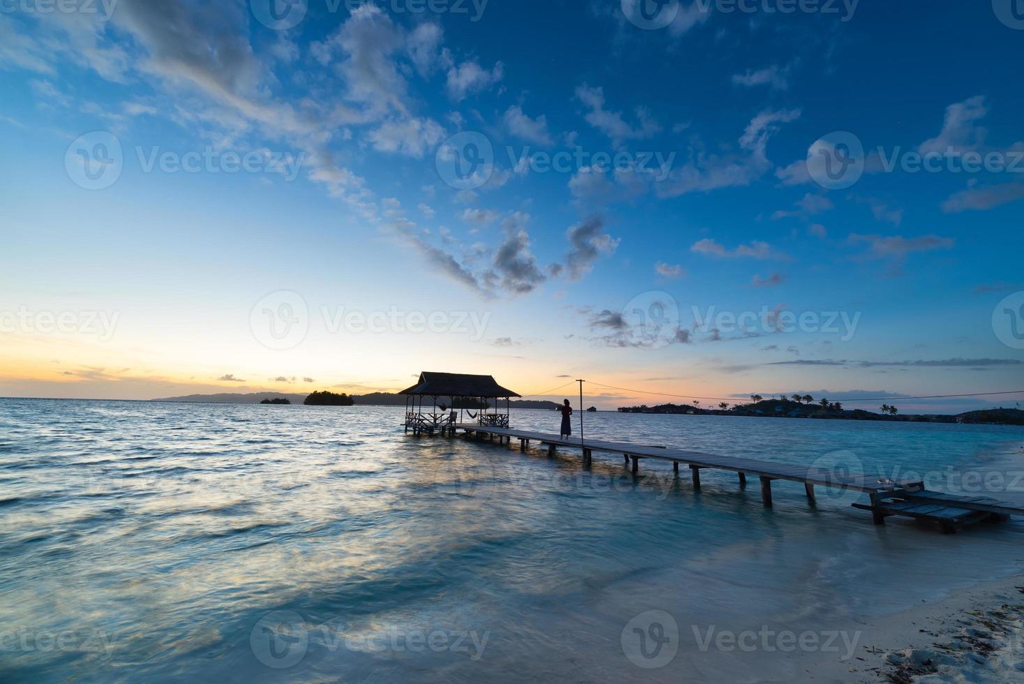 paysage marin et ciel romantique à l'aube photo