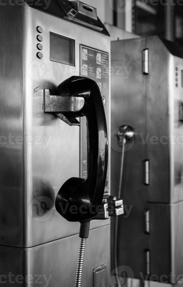 noir et blanc du téléphone public photo