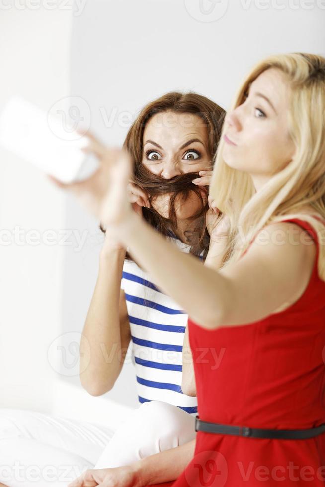 deux amis prenant un autoportrait photo