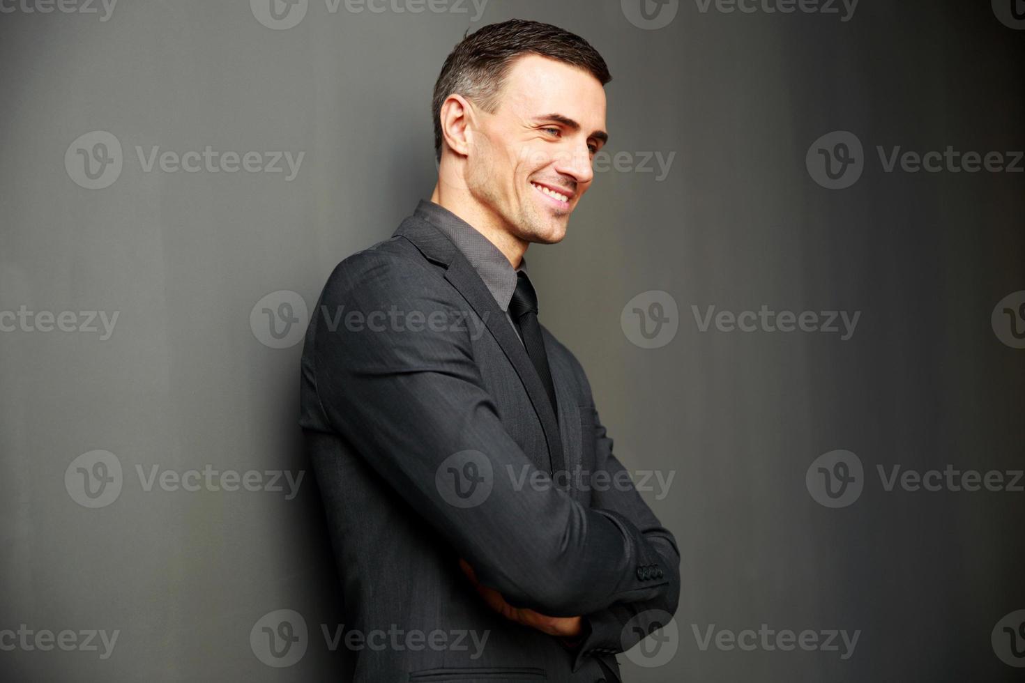 homme d'affaires heureux avec les bras croisés debout photo
