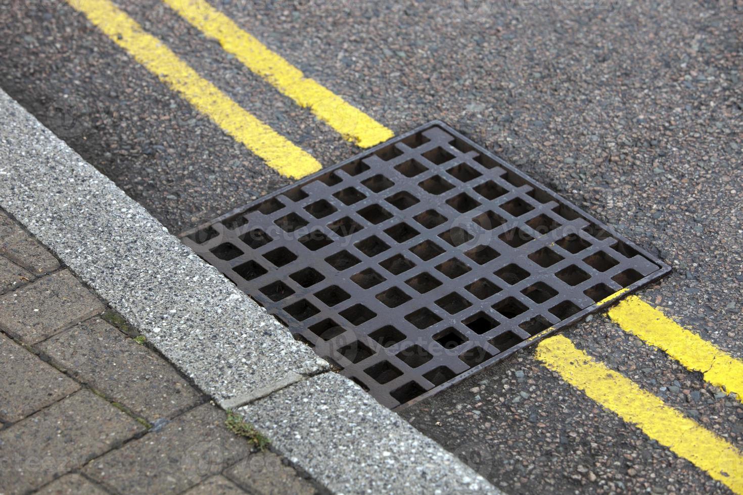 drain de rue sur double ligne jaune photo