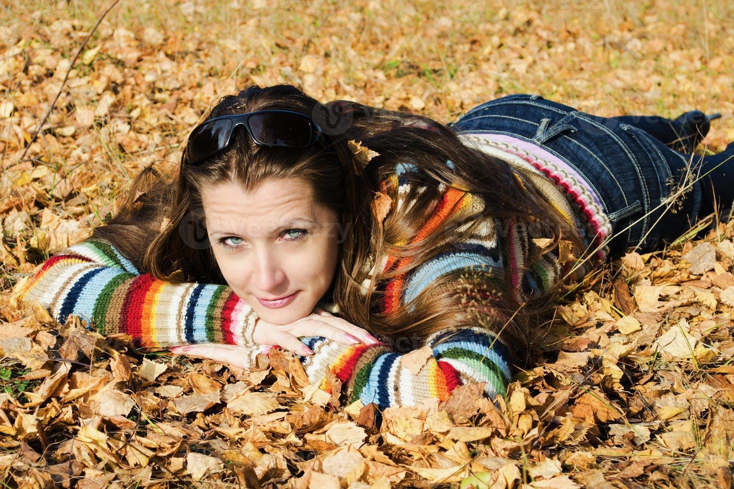 la belle fille sur la promenade d'automne photo