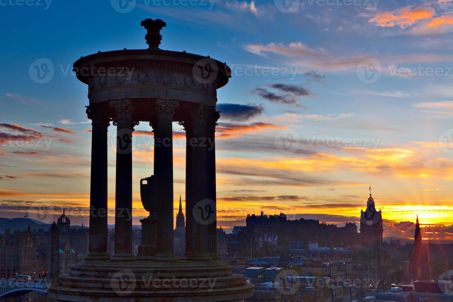 ville d'Edimbourg au coucher du soleil photo