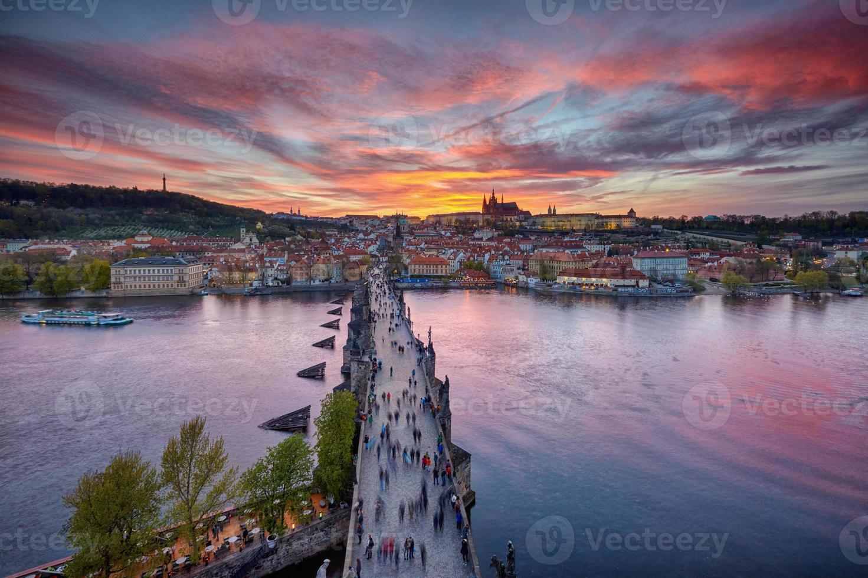coucher de soleil sur le pont charles et le château de prague photo