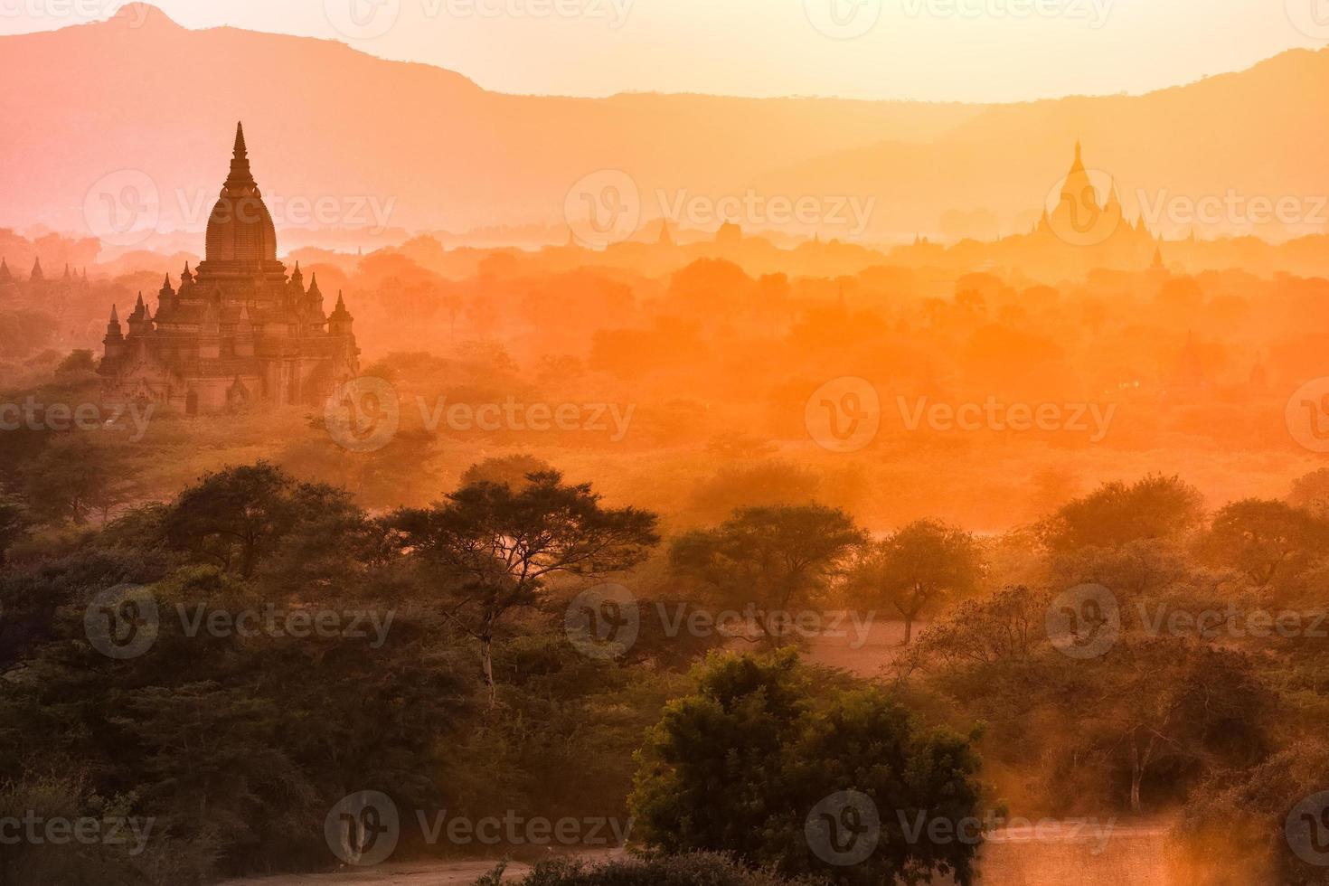 paysage de la pagode au crépuscule à bagan photo