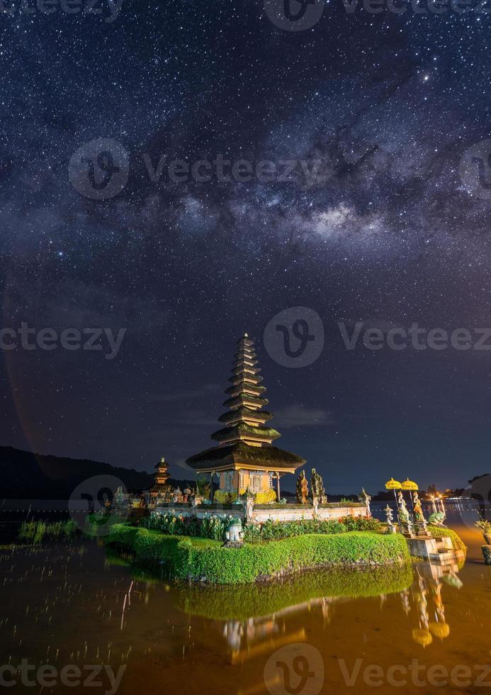 voie lactée sur le temple de pura ulun danu photo