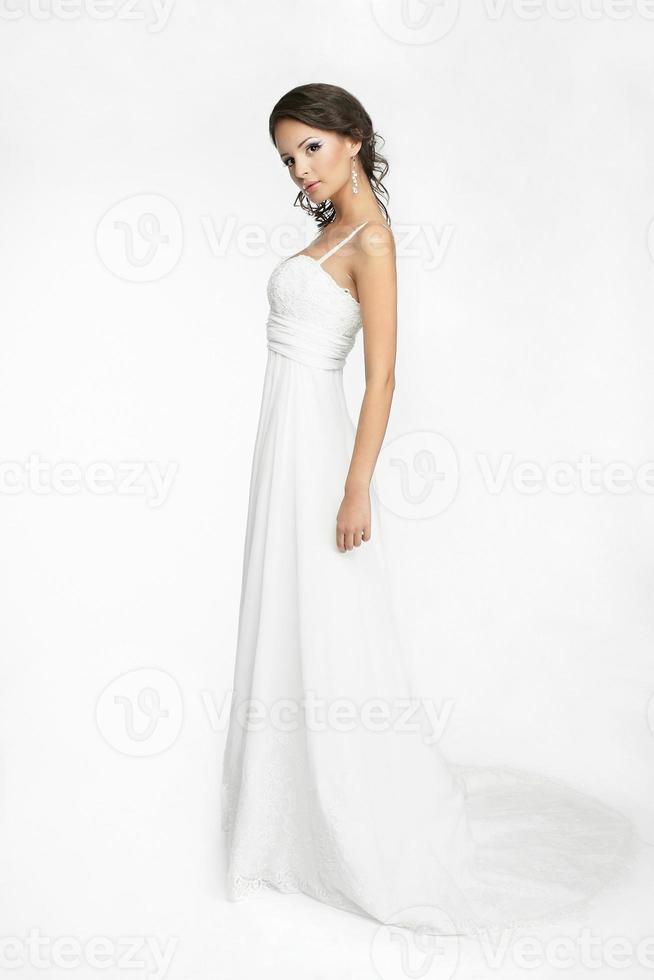 belle mariée fille brune en robe de mariée blanche photo