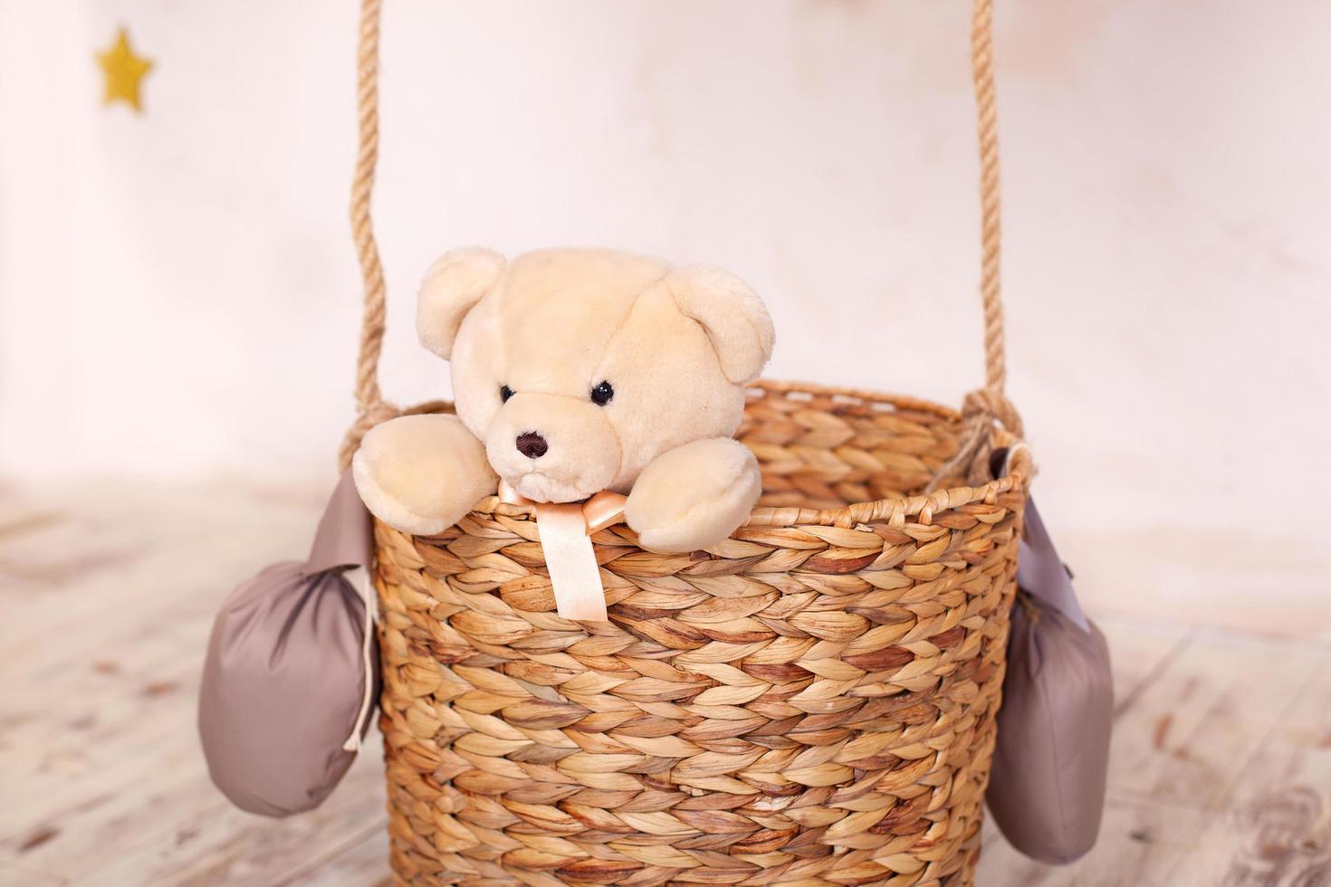 jouet ours en peluche assis dans le panier de ballon photo